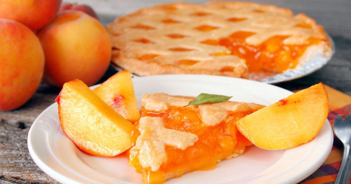 Фото Пока август в самом разгаре и повсюду активно продаются персики, предлагаем вам приготовить невероятно вкусный персиковый пирог. Пирог получается с мягкой основой и хрустящим по краям. А какой у него аромат. Вся семья сразу же соберется к чаепитию.