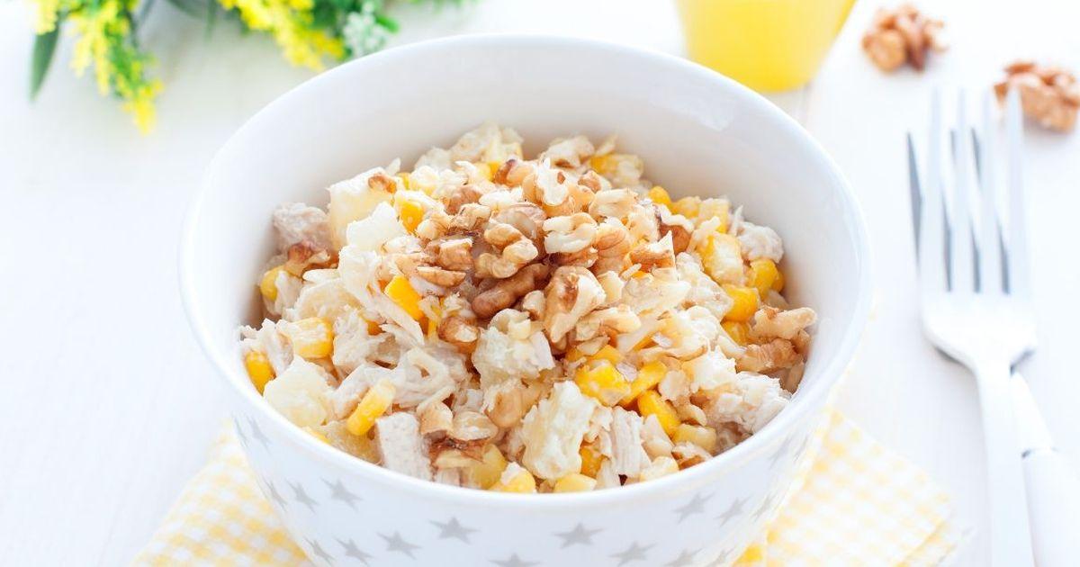 Фото Аппетитный салат с курицей, ананасом и сыром