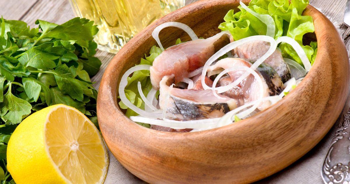 Фото Иногда так сильно хочется соленой селедки, но магазинная не всегда выглядит аппетитно. Мы подготовили для вас рецепт малосольной селедки по-домашнему, которая очень легко и быстро готовится. Она получается вкусной и в меру соленой.