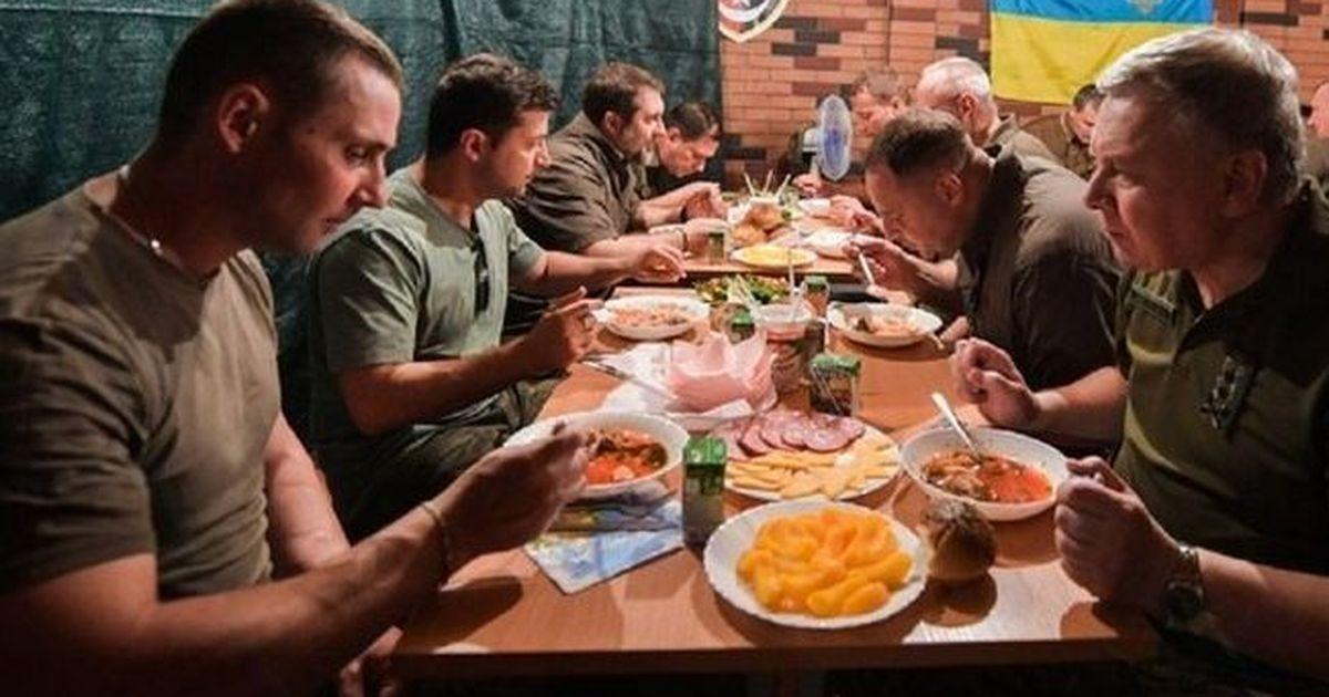 Фото Зеленский признался, что выпил с украинскими военными на Донбассе