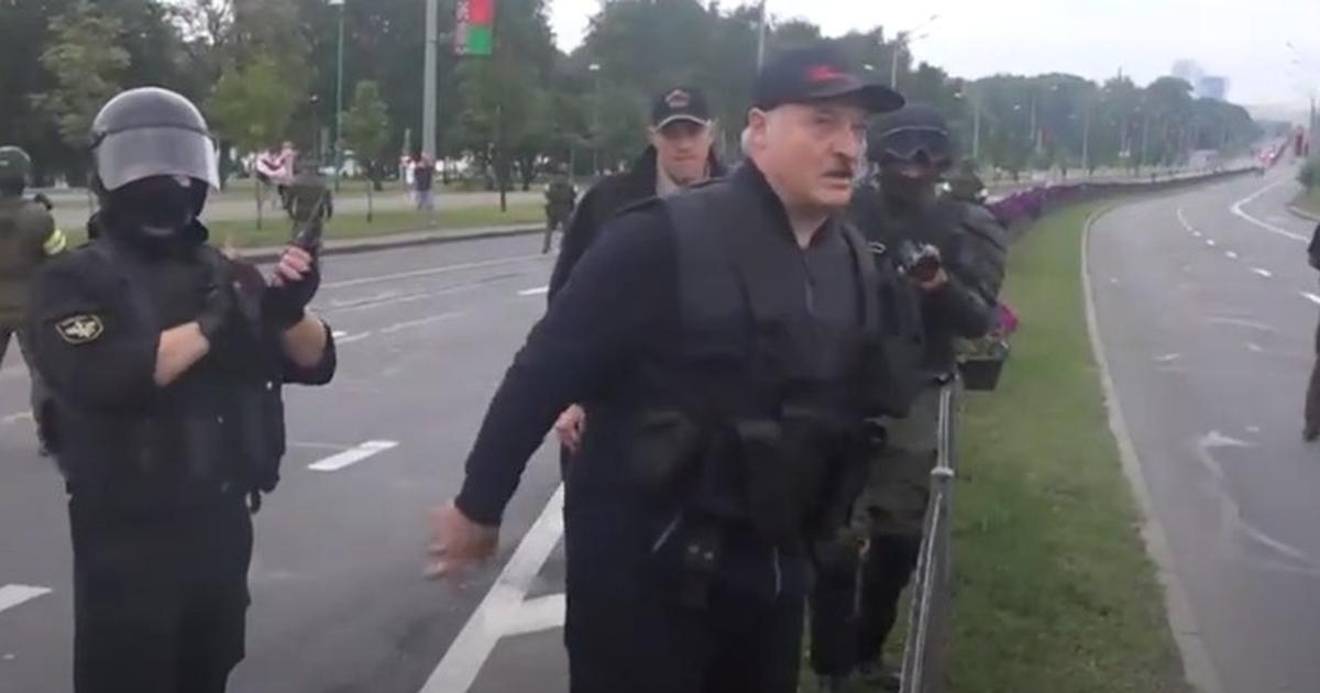 """Фото """"Это что, нормально?"""" Лукашенко оправдался за появление с автоматом"""