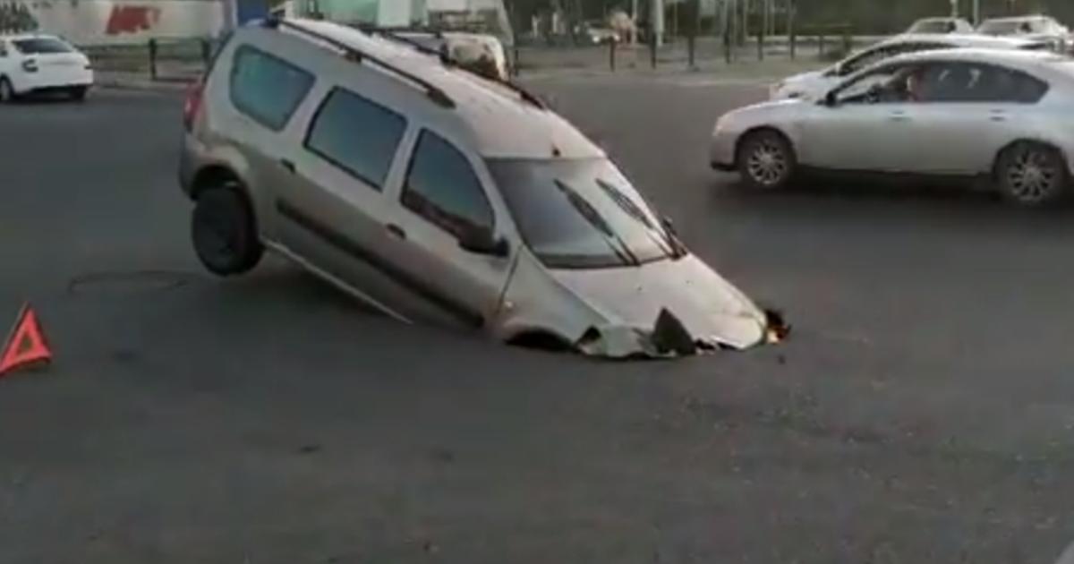 """Фото Машина провалилась под асфальт и """"утонула"""" в Астрахани"""