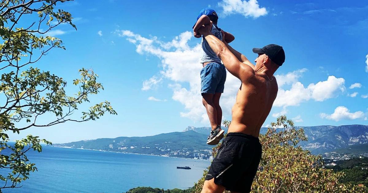 Фото Депутат поднял ребенка над пропастью ради фотографии