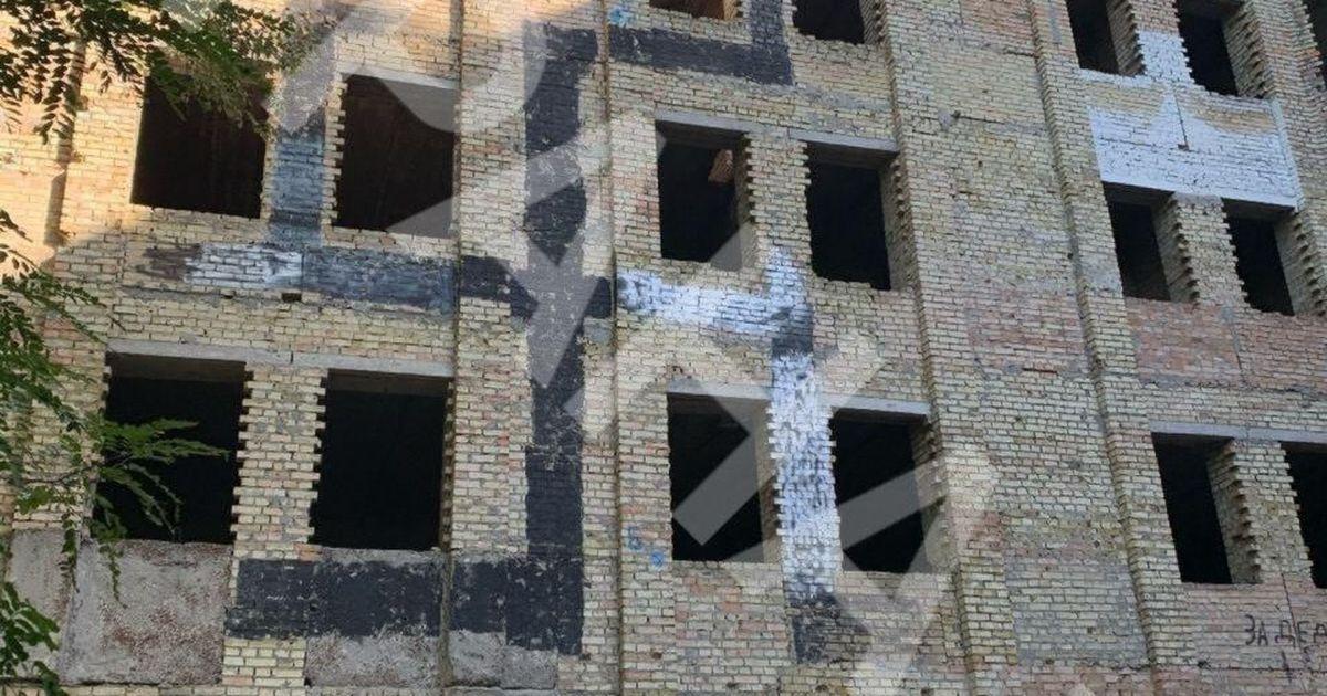 Фото В Киеве на недострое около Бабьего Яра нарисовали свастику в три этажа