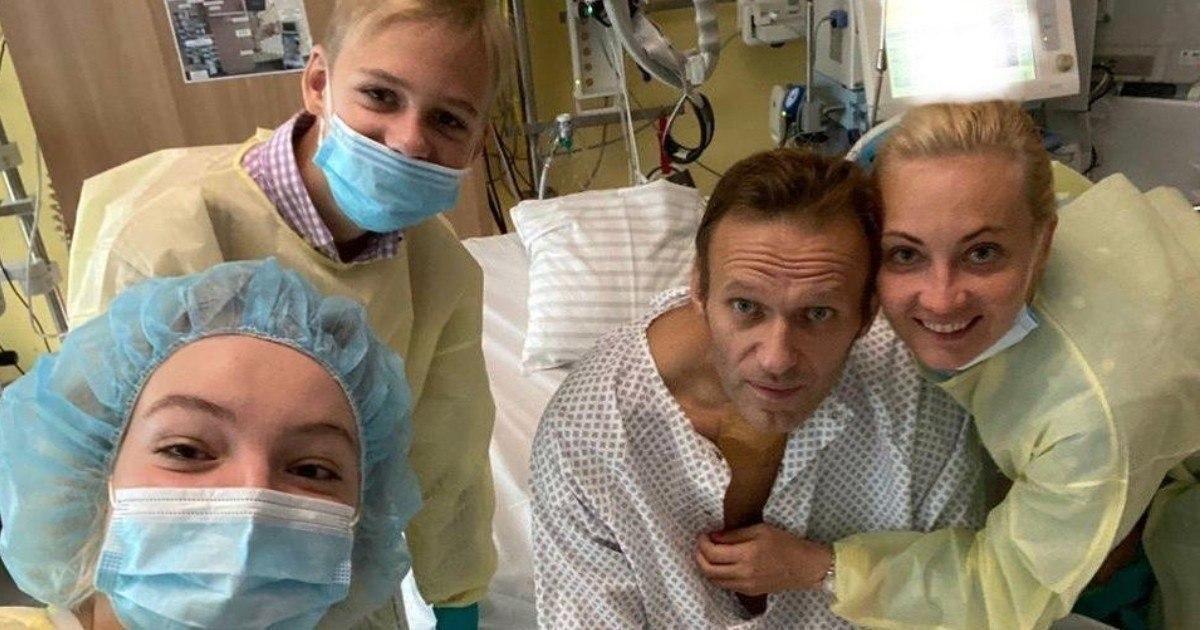 """Фото """"Привет, это Навальный"""". Оппозиционер вышел на связь и выложил фото из больницы"""