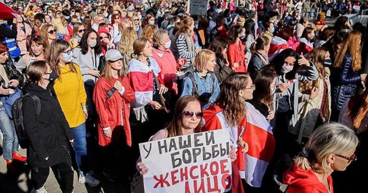 """Фото В Минске женщины вышли на """"блестящий марш"""" против Лукашенко (видео)"""