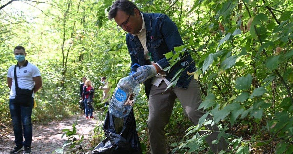 Фото Дипломаты из 37 стран помогли очистить Киев от мусора (фото, видео)