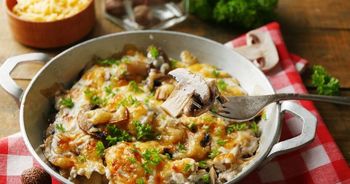 Фото Жюльен с курицей и грибами на сковороде