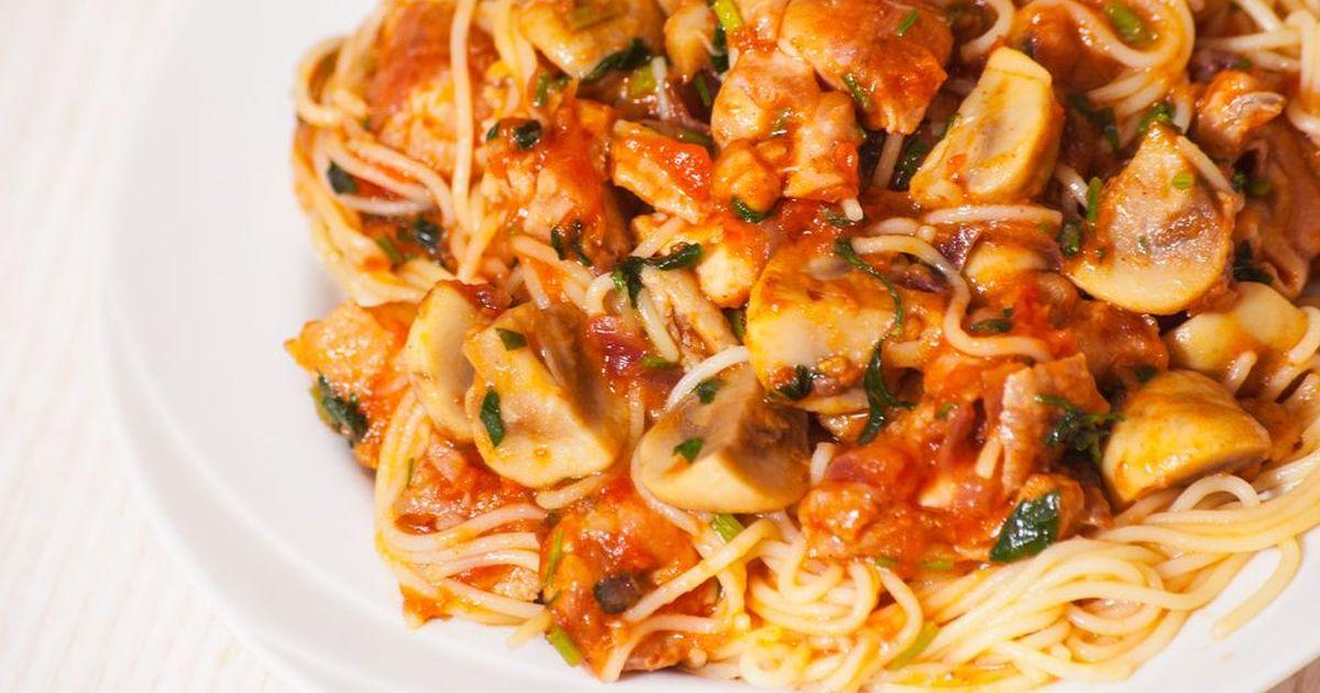 Фото Спагетти с шампиньонами в томатном соусе
