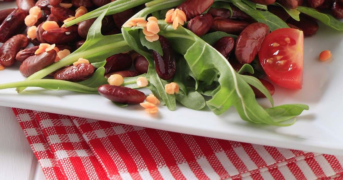 Фото Салат из красной фасоли с творожным сыром, красным луком и сезонным салатом