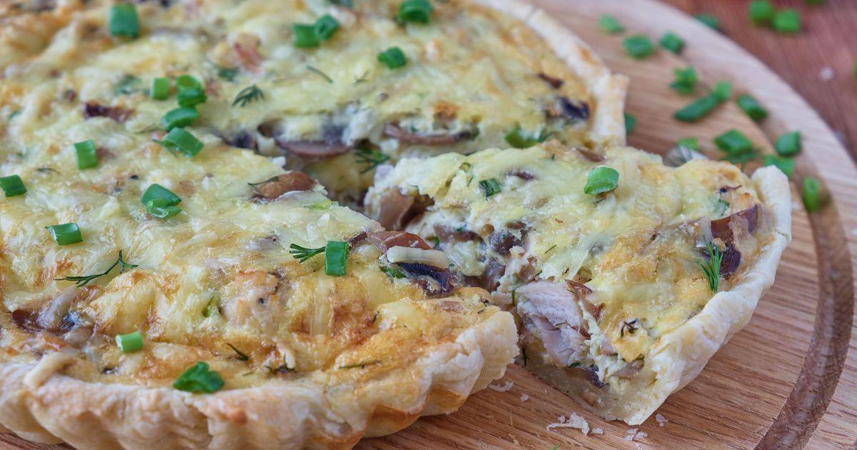 Фото Открытый пирог с куриной грудкой и грибами