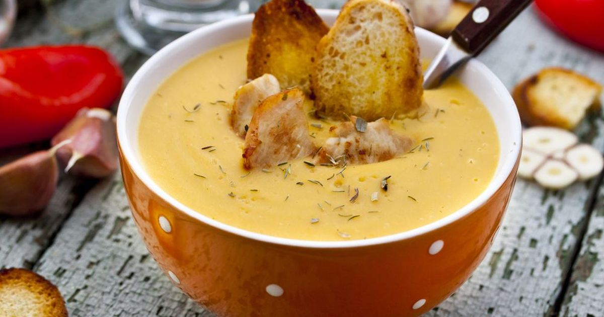 Фото Сытный суп с чечевицей, курицей и гренками