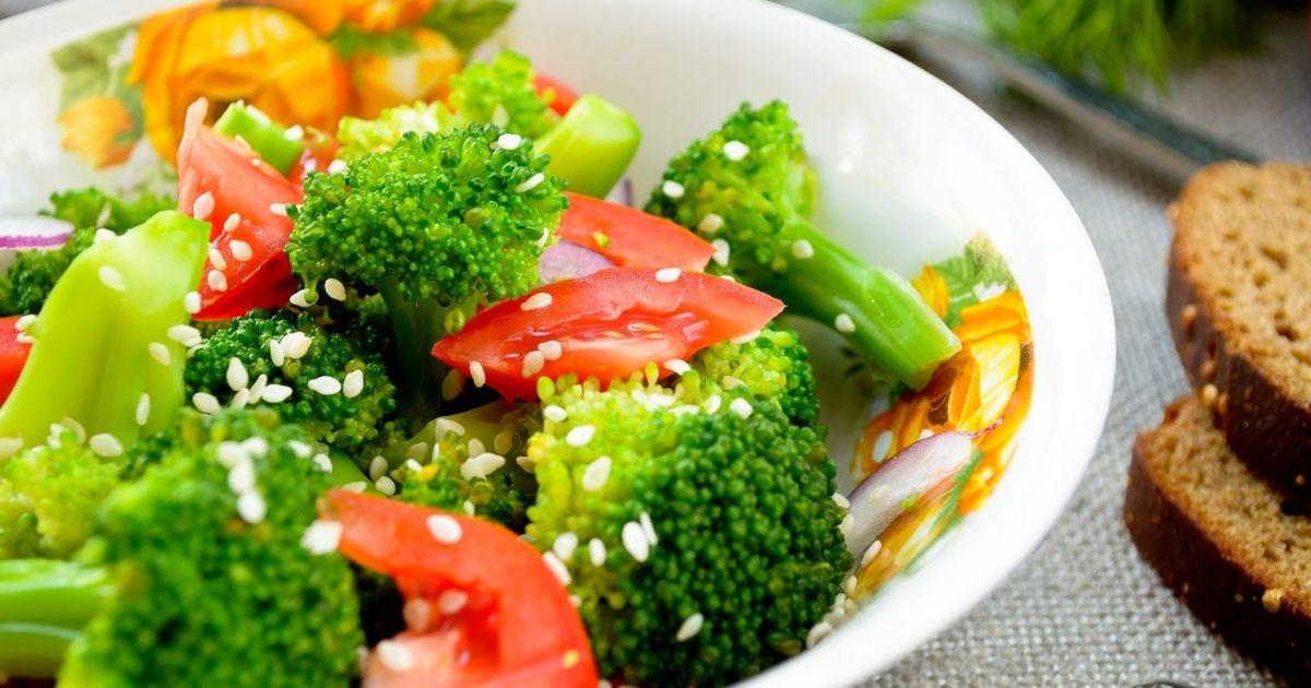 Фото Теплый салат из брокколи с кунжутом