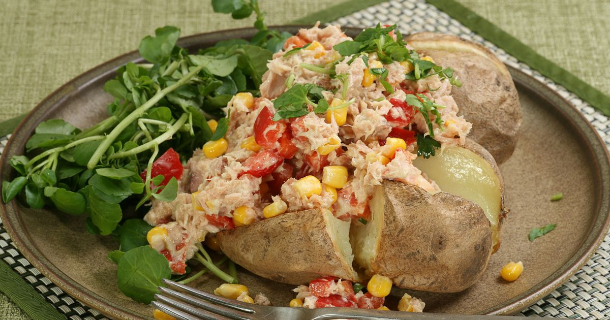 Фото Запеченный картофель с тунцом и салатом