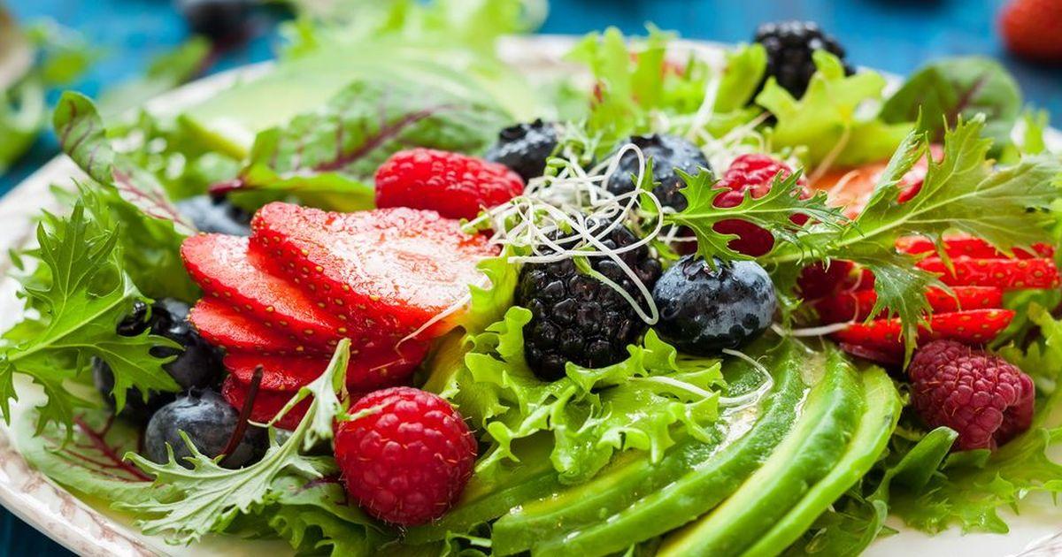 Фото Салат из свежих ягод и авокадо