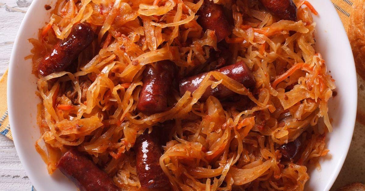 Фото Тушенная капуста с сосисками