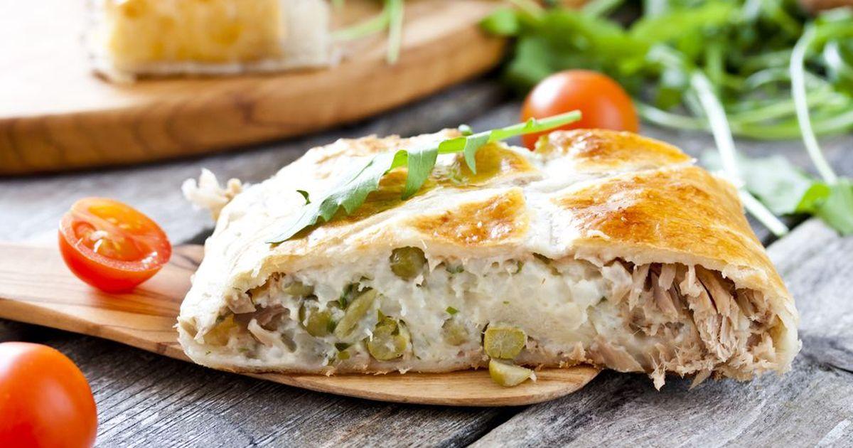 Фото Пирог из слоеного теста с тунцом, рисом и зелёным горошком