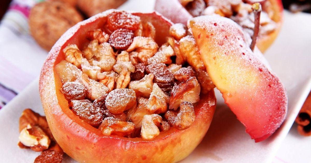 Фото Запечённые яблоки, фаршированные сухофруктами и орехами