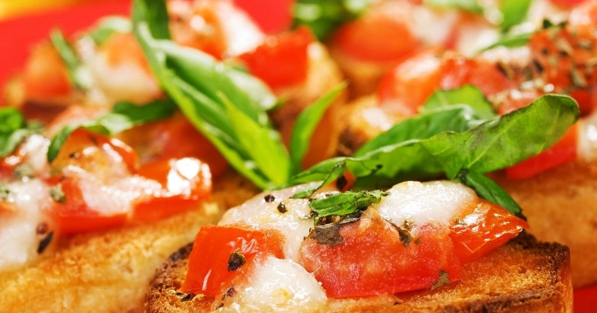 Фото Аппетитная брускетта с помидорами и моцареллой по-домашнему