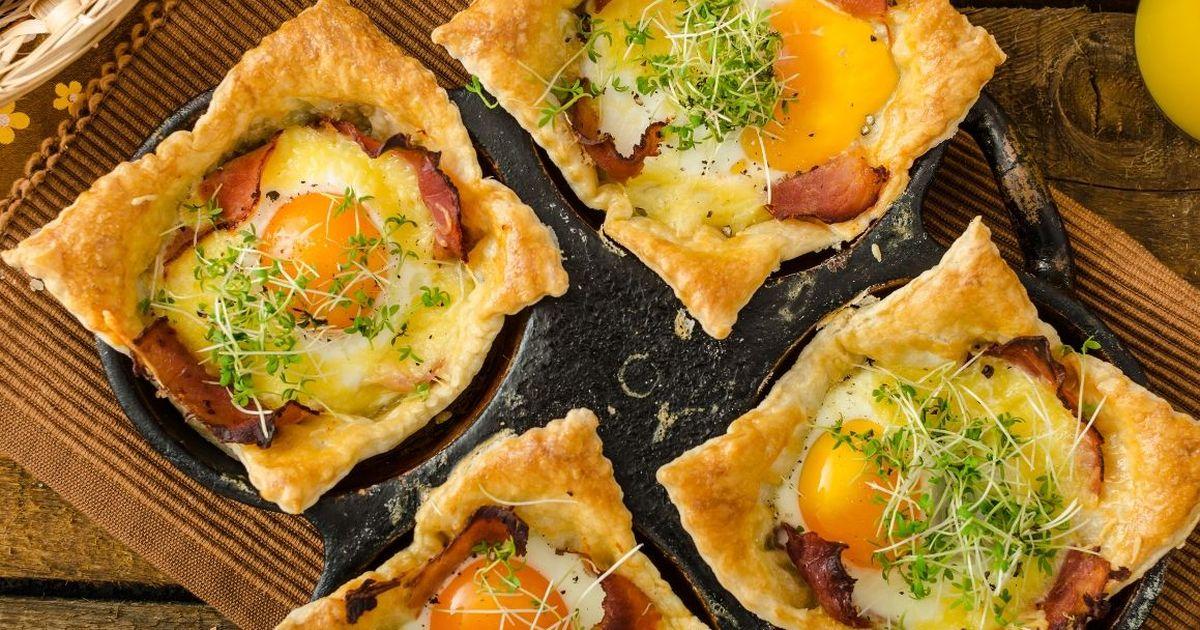 Фото Аппетитные слойки с яйцом, ветчиной и сыром