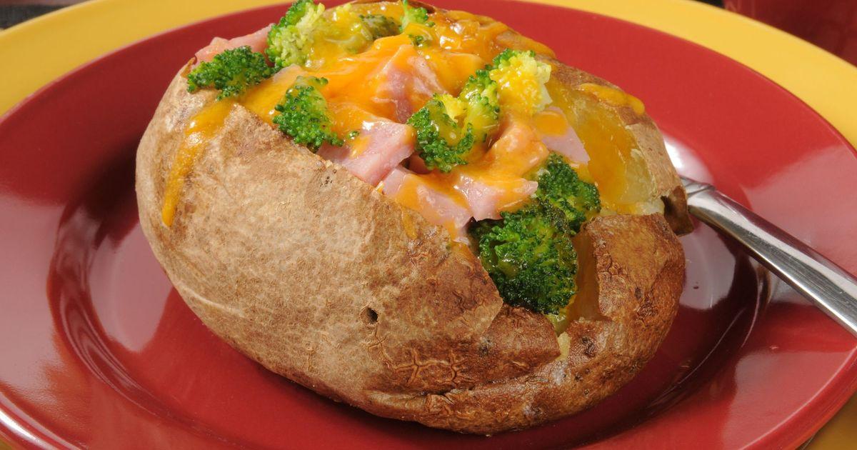 Фото Запеченный картофель, фаршированный ветчиной, брокколи и сыром