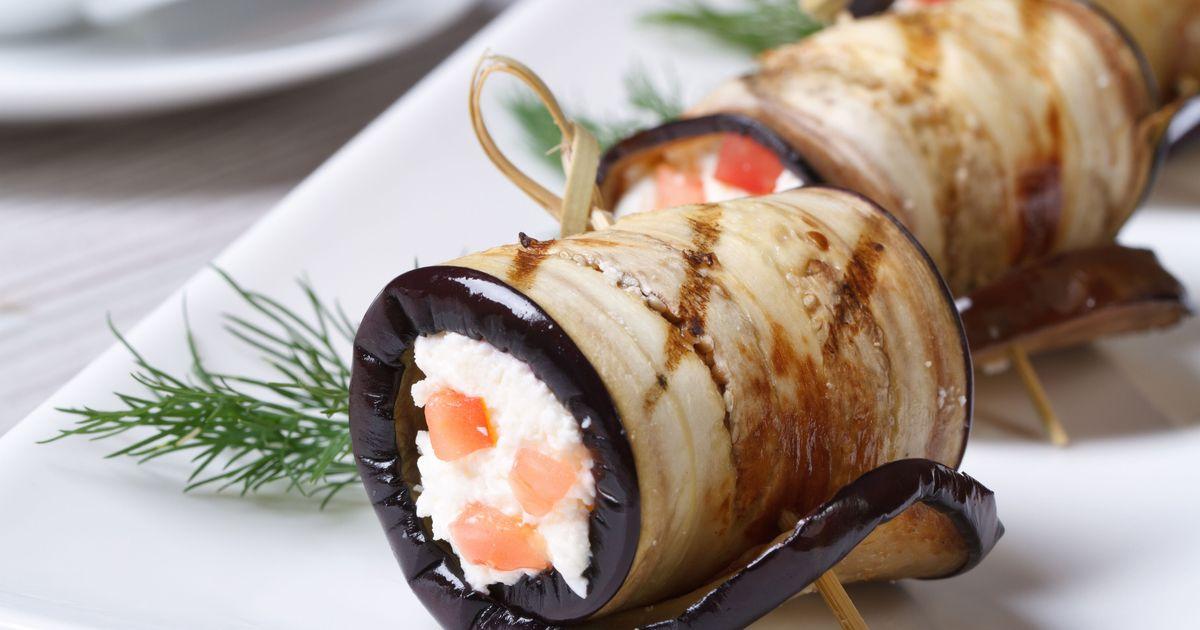 Фото Рулеты из баклажанов с помидорами и сливочным сыром
