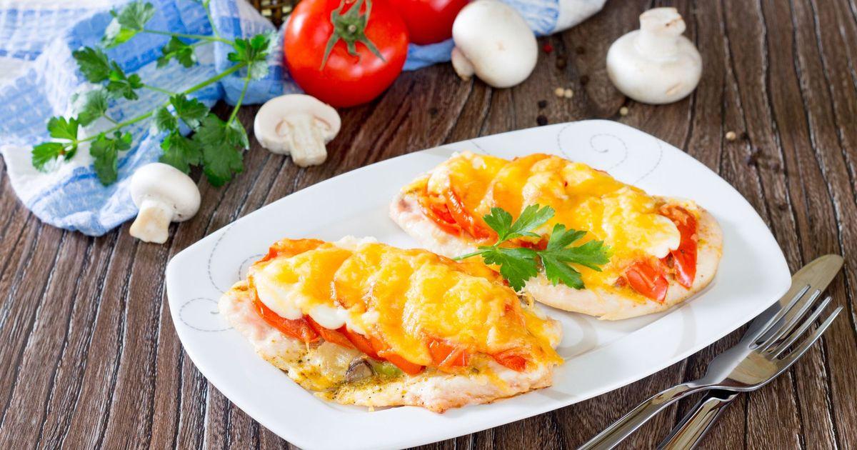 Фото Куриные отбивные, запеченные с грибами, помидорами и сыром
