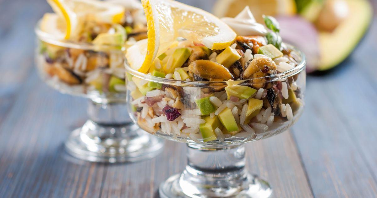 Фото Салат с мидиями, рисом и авокадо