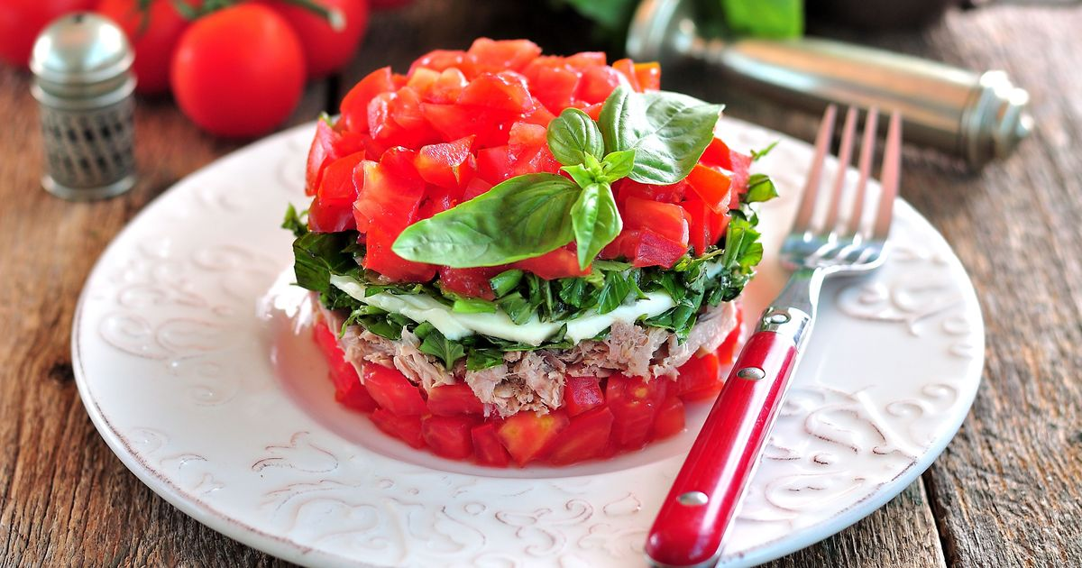 Фото Слоёный салат с тунцом, моцареллой, помидорами и базиликом
