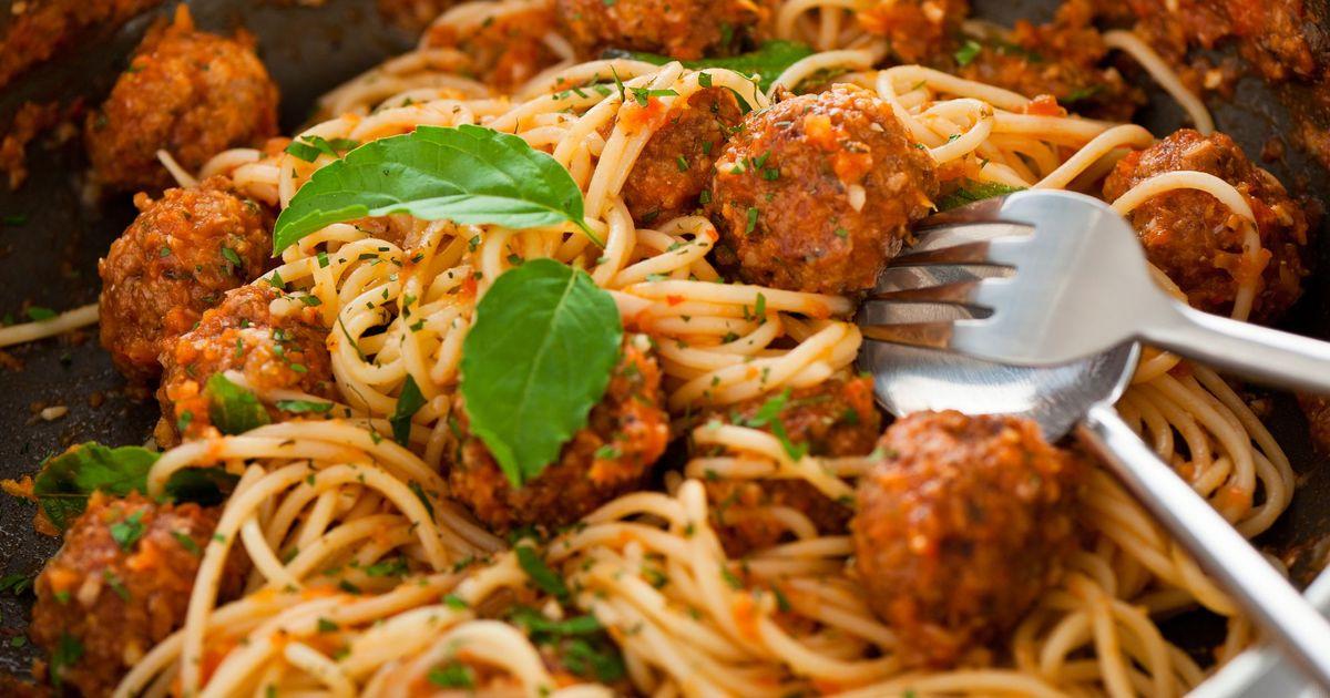 Фото Спагетти с куриными фрикадельками в томатном соусе