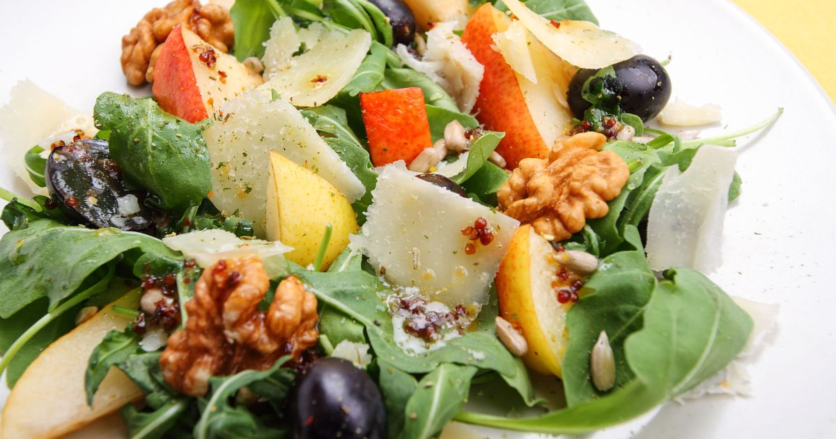 Фото Вкуснейший салат с грушей, орехами и виноградом