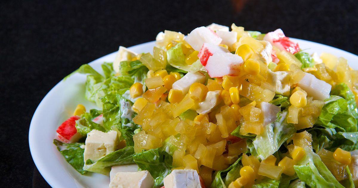 Фото Аппетитный ананасовый салат с крабовыми палочками и сыром фетой