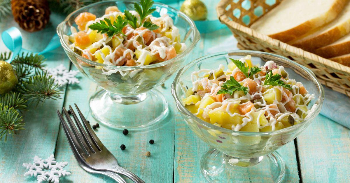 Фото Праздничный салат с сёмгой и маринованными огурцами