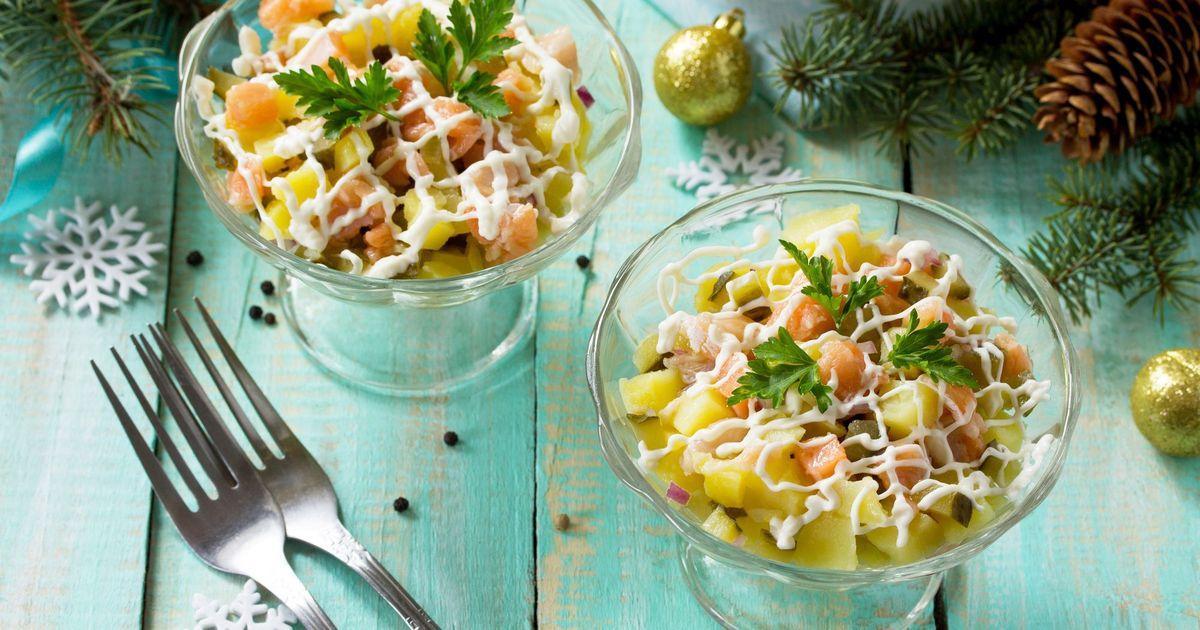 Фото Салат с семгой, картофелем и солеными огурцами