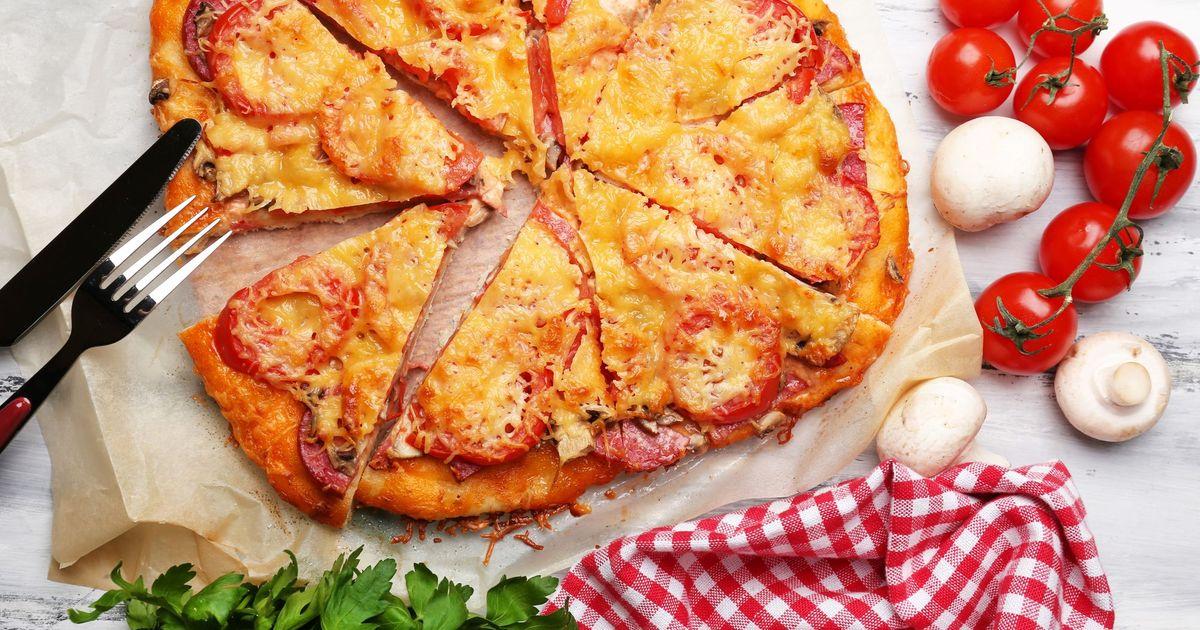 Фото Домашняя пицца с помидорами, грибами и салями