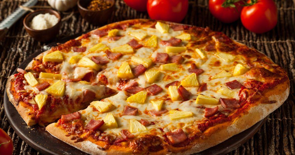 Фото Домашняя пицца с ветчиной и ананасом