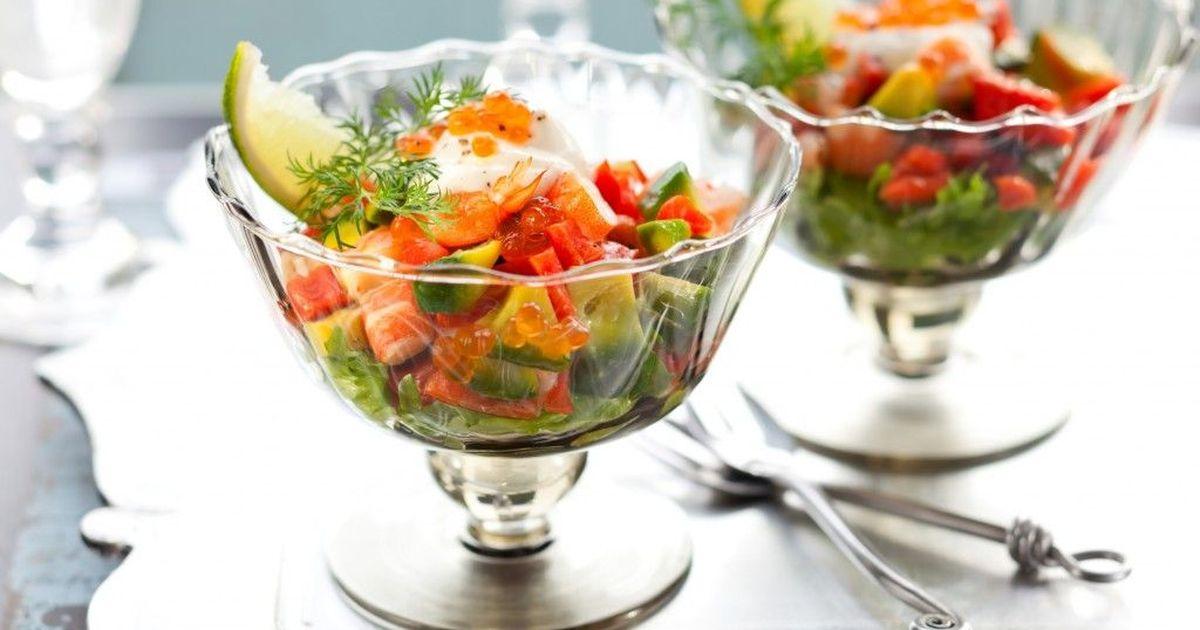 Фото Коктейль-салат из клубники, креветок и авокадо для романтического ужина
