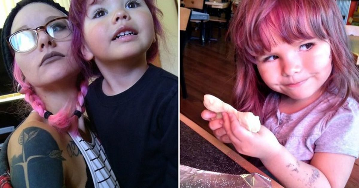 Фото Мать позволяет 2-летней дочери красить волосы и наносить макияж