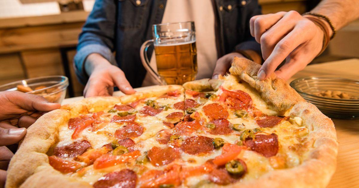 Фото Пицца с салями, помидорами и оливками