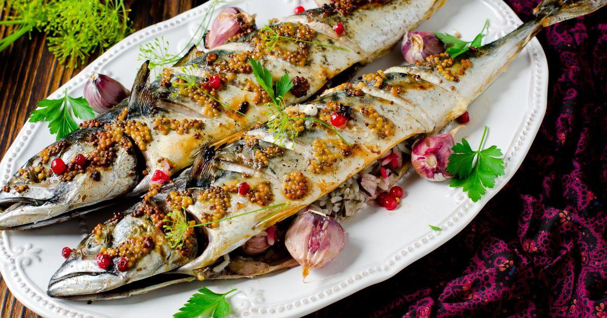 Фото Скумбрия, фаршированная рисом, чесноком и смородиной