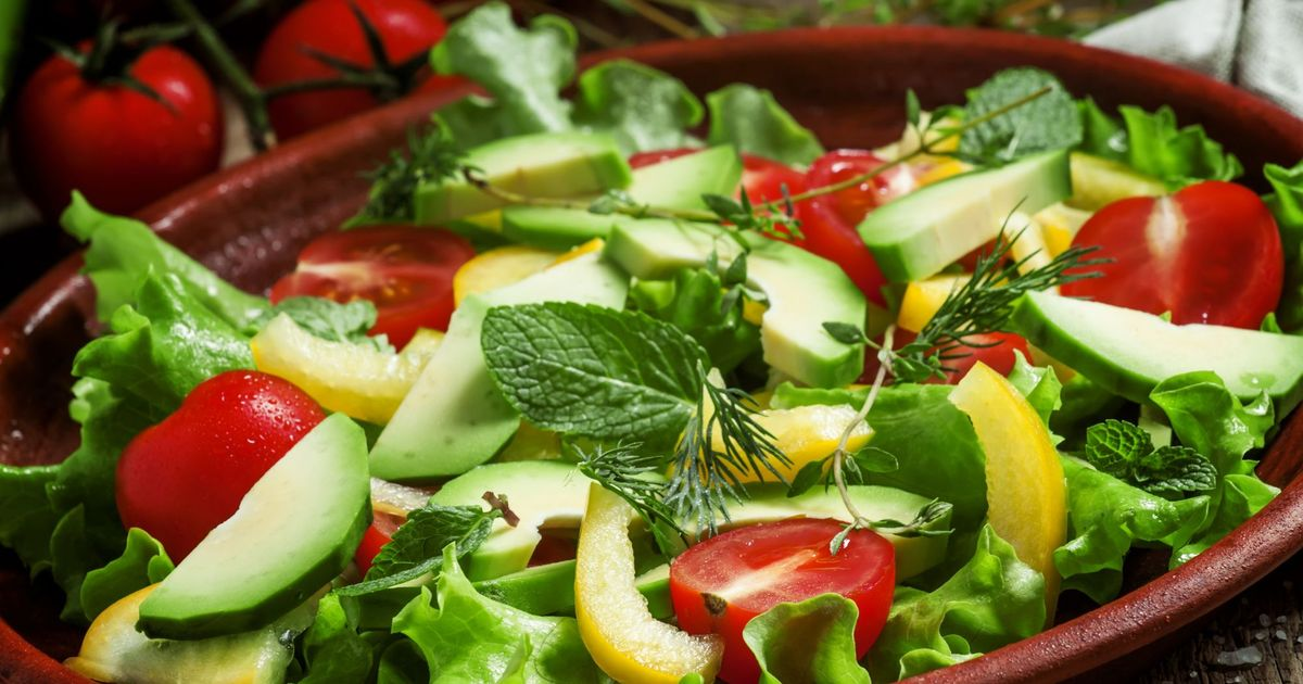 Фото Салат с авокадо, перцем и помидорами черри