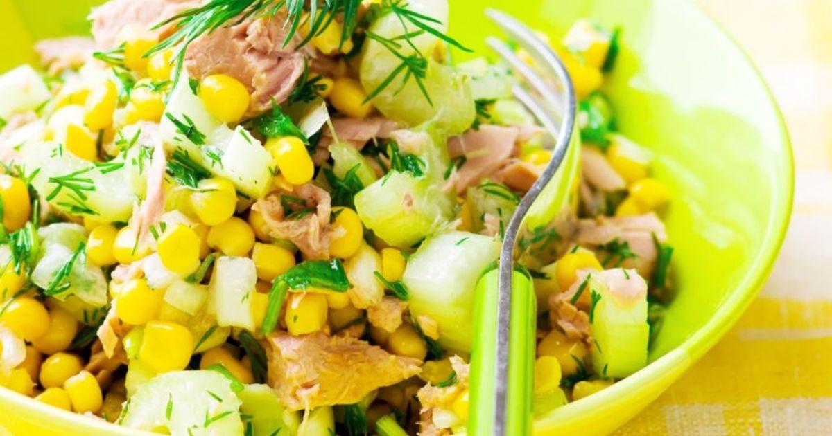 Фото Аппетитный салат с тунцом и кукурузой
