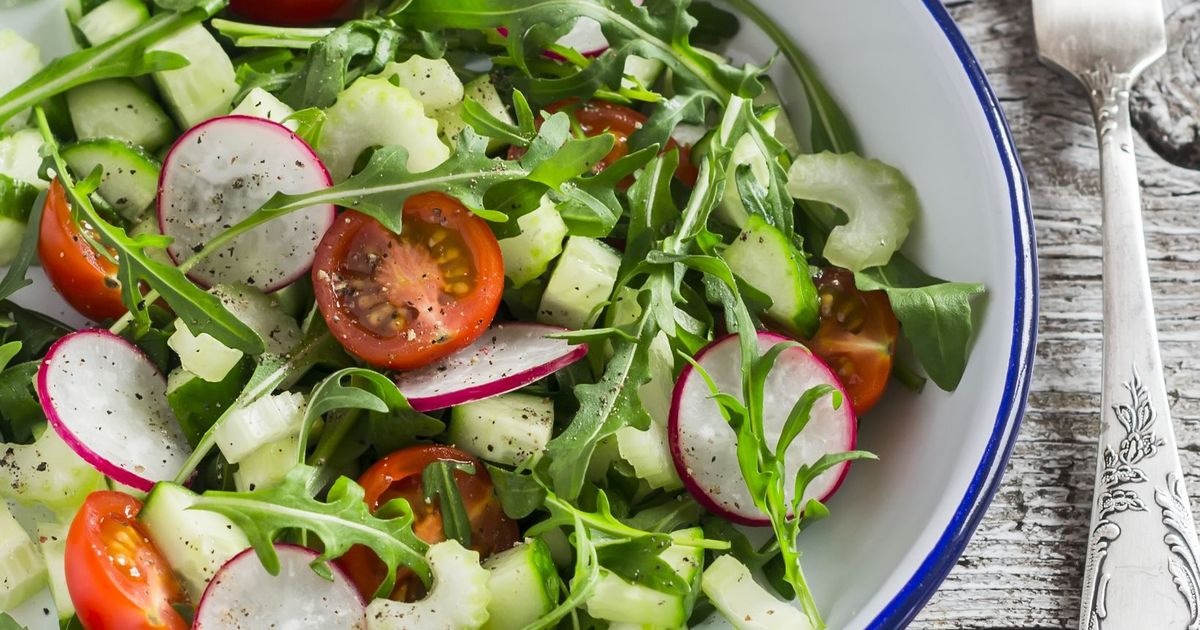 Фото Весенний салат с редиской, помидорами черри и рукколой