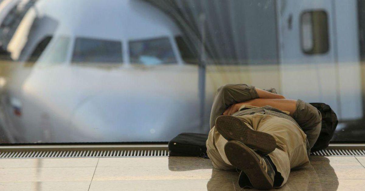 Фото В аэропортах Москвы ввели штраф за лежание на креслах. Что еще запретили?