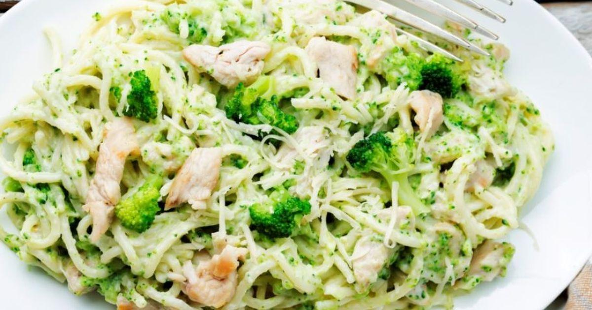 Фото Аппетитные спагетти с курицей и брокколи в сливочном соусе