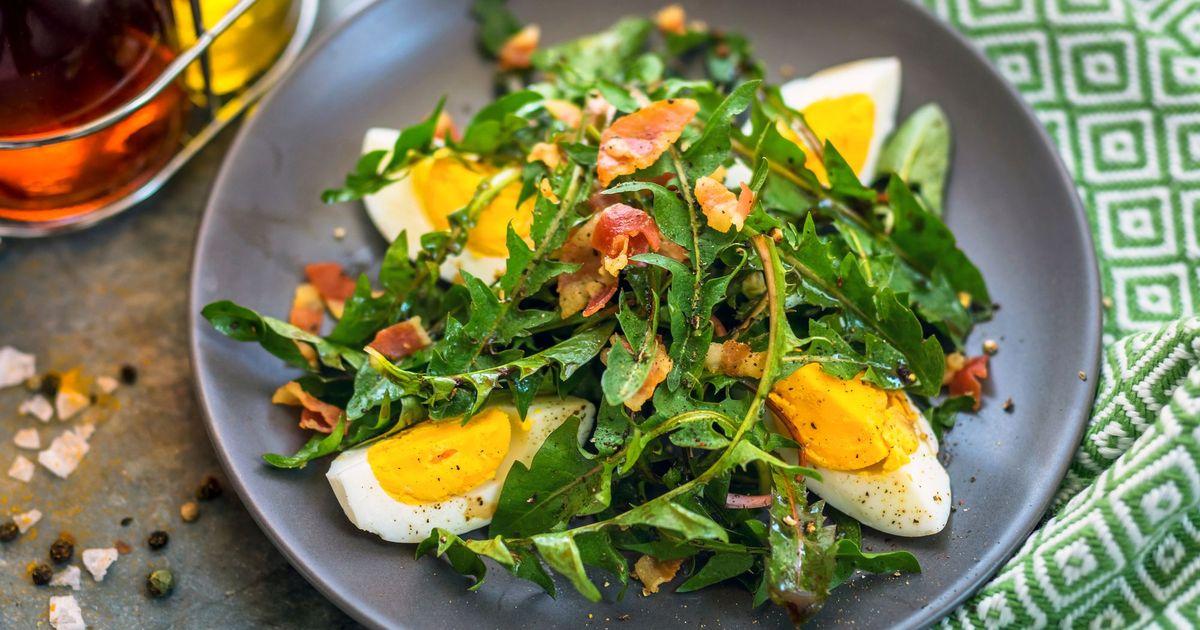 Фото Салат из листьев одуванчика, яйцом и беконом