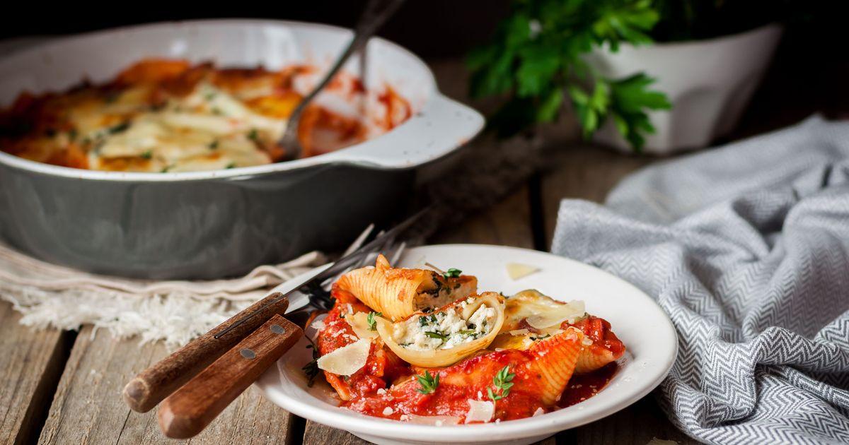 Фото Конкильони, фаршированные рикоттой и шпинатом в томатном соусе