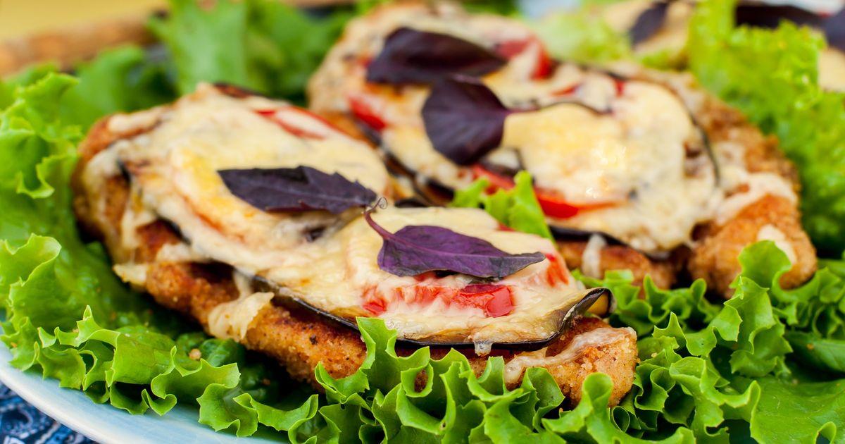 Фото Куриные отбивные с баклажанами и помидорами под сыром