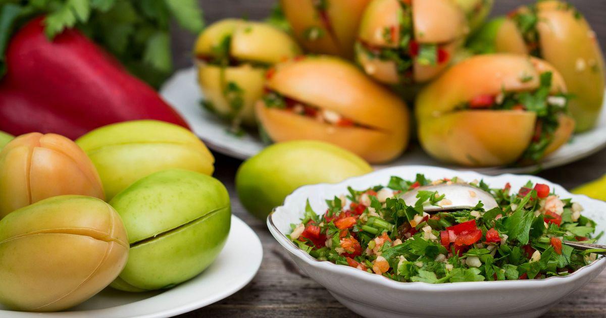 Фото Острые зеленые помидоры с начинкой