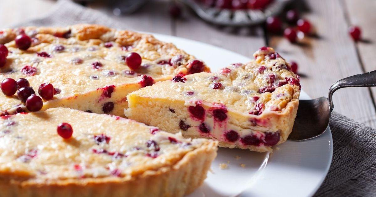 Фото Изумительно вкусный пирог  с клюквой и сметаной